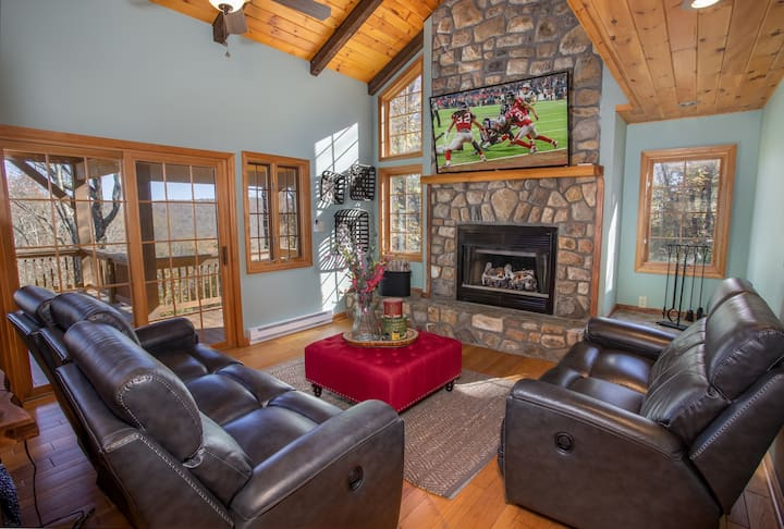 Upscale 3BR 3.5BA in Banner Elk! Views, 3 Suites, minutes to Skiing and Downtown