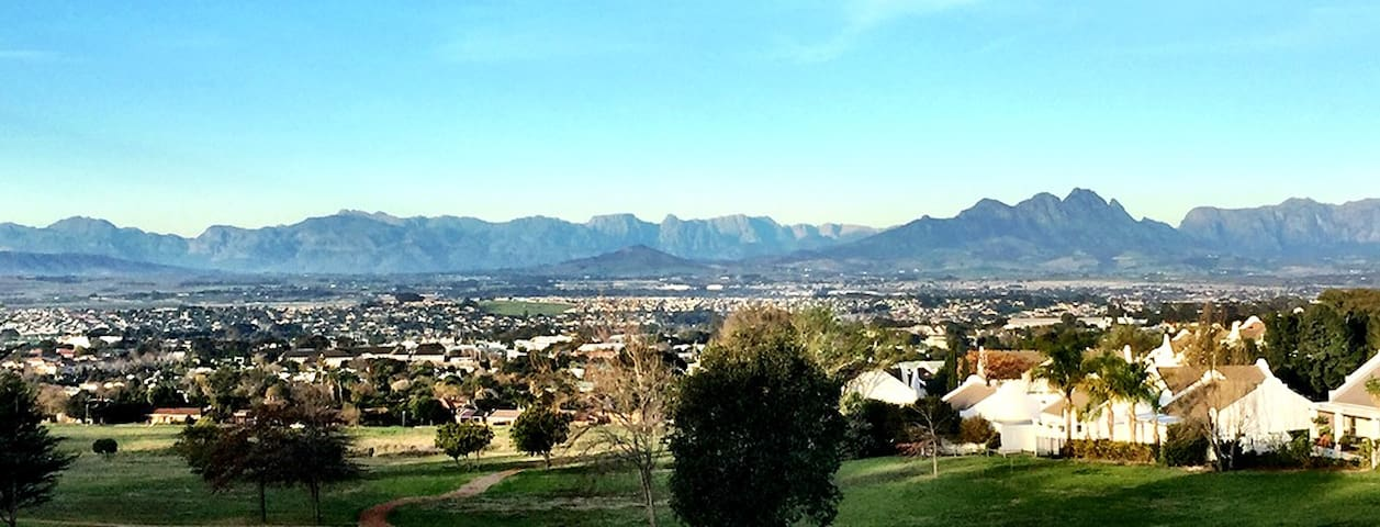 Beautiful estate home, private room, warm welcome. - Cape Town - House