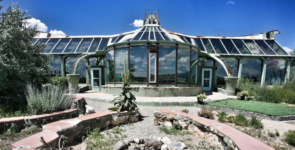 Phoenix Earthship - Experience off-grid luxury