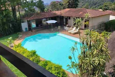 Quarto em um lindo sítio com jardim e piscina. 1