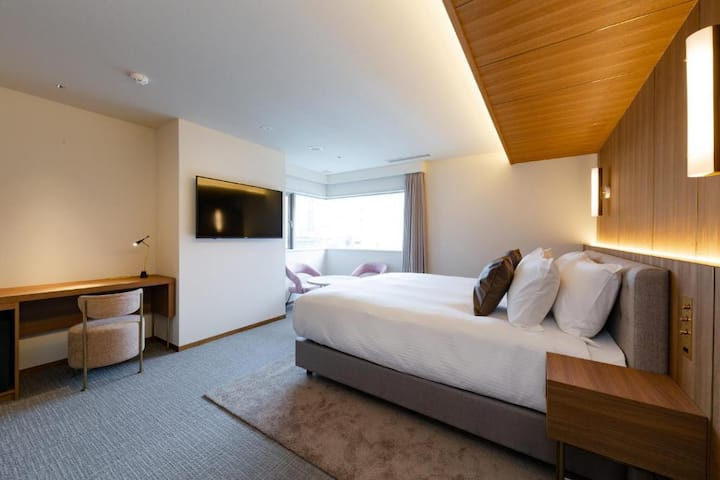 Deluxe room with 1 king bed/River view