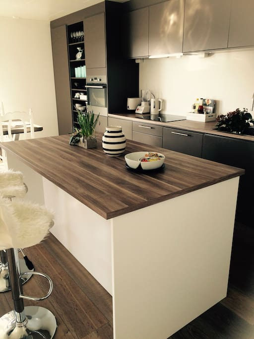 Innbydende kjøkken, men alt av utstyr og også god plass å sitte både ved kjøkkenøya i tillegg til stort spisebord.