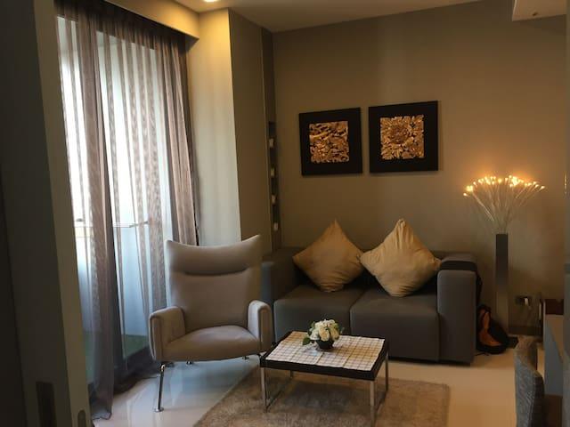 One Bedroom Luxury Condo wth Amenities & Near BTS.