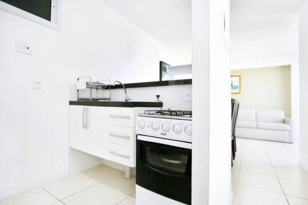Cozinha, pia, mircro-ondas e forno/fogão (além de geladeira, liquidificador,  armário e utensílios).