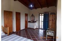 Habitación con baño en suite y balcón