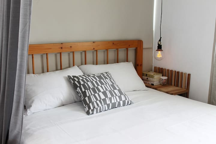 Standard double bed。標準雙人床