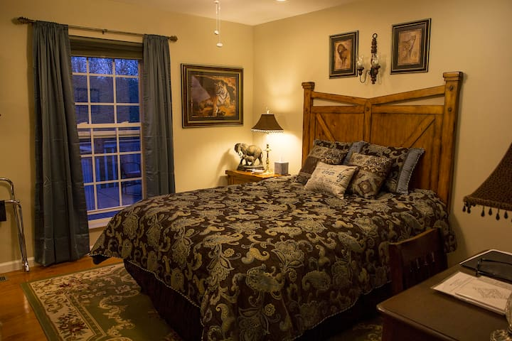 Out of Africa Room Sweetberries B&B - Maryville - Bed & Breakfast
