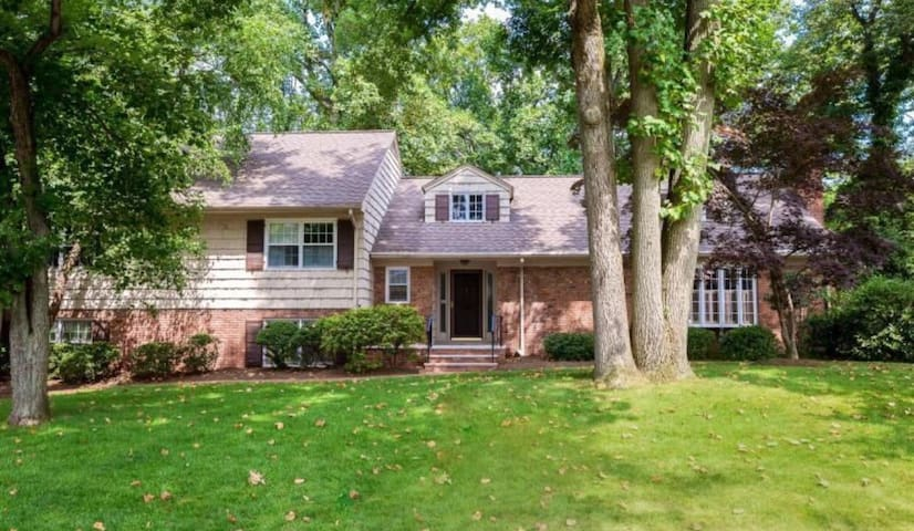 Beautiful home with a room for you! - Springfield Township - Casa