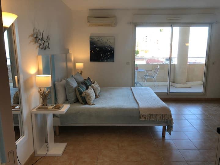 By the sea, calm studio with terrace, near Monaco.