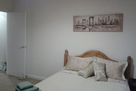 Spacious light modern 2 bedroom. - Wokingham