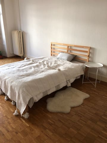 Spacious room in Kreis 2 (prime location)