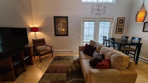 COZY townhome w/King Bed, Prime Location & Parking
