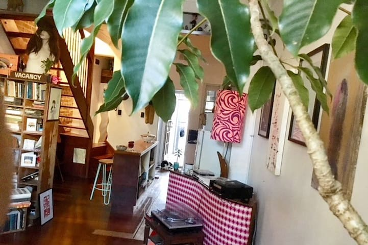 Happy home and host in the heart of Surry Hills