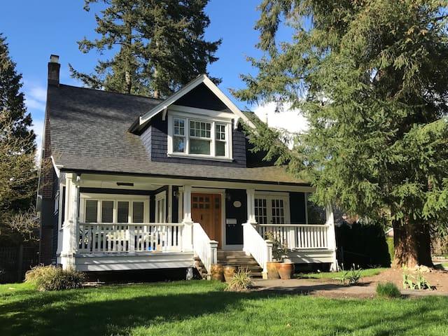 North Vancouver Craftsman Retreat - North Vancouver - House