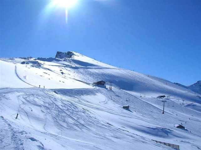 Estación de esquí de Sierra Nevada, a 30 km. Sierra Nevada ski resort 30 km