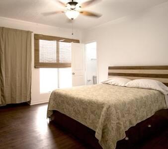 Queen size room G, shared bathroom - Wahiawa