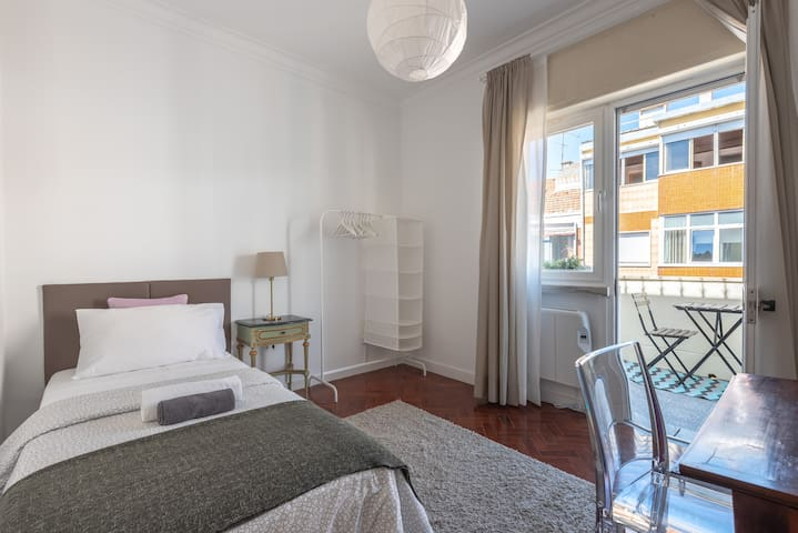 Single Bedroom with Balcony (Intendente/Graça)