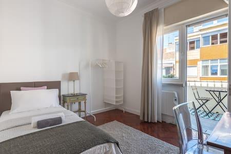Single Bedroom with Balcony (Intendente/Graça)