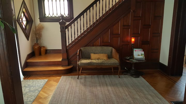 Red Bank Downtown - Victorian Retreat for 1