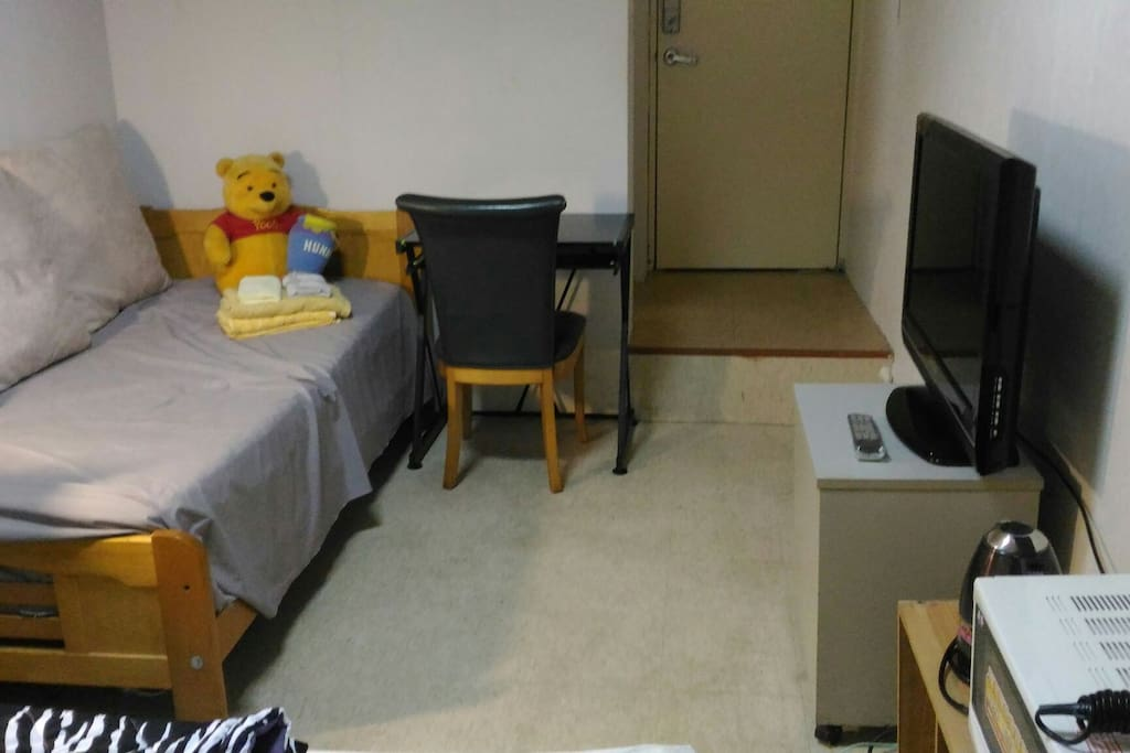 A室可住1~3人/ Room A for 1-3 residents: one double-bed and one single-bed溫馨小提醒:我們會依住房的人數安排房型,2人入住安排一雙人床(若需多加一床或一被酌收一次性200清潔費)