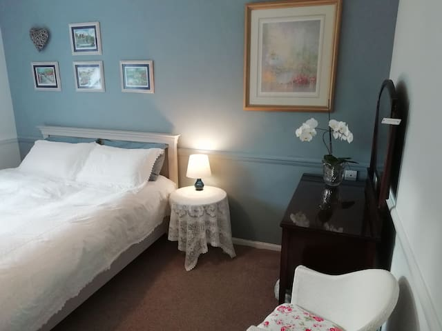 King bed in delightful room. Detached house, quiet
