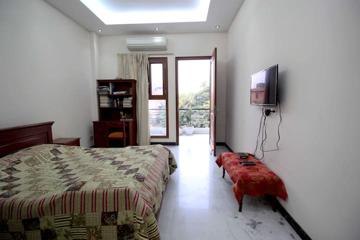DLF Phase-1, cozy homestay with private balcony