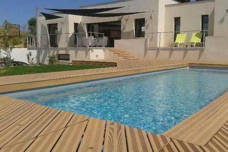 Villa contemporaine avec piscine - ナルボンヌ
