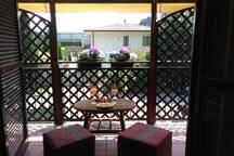 terrazzo con tavolino e puff per un aperitivo