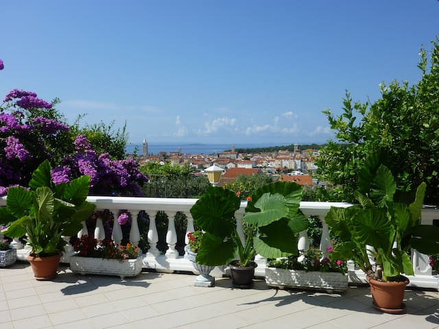 Studio-apartment with view at old town and sea
