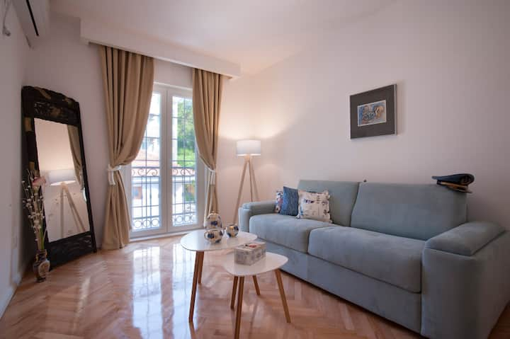 *Classy* 1BDR apt with Pool, 10min Old town