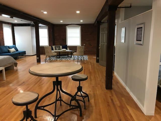 Roomy JP Studio(650 Sq ft)  2 Queen Beds & Parking