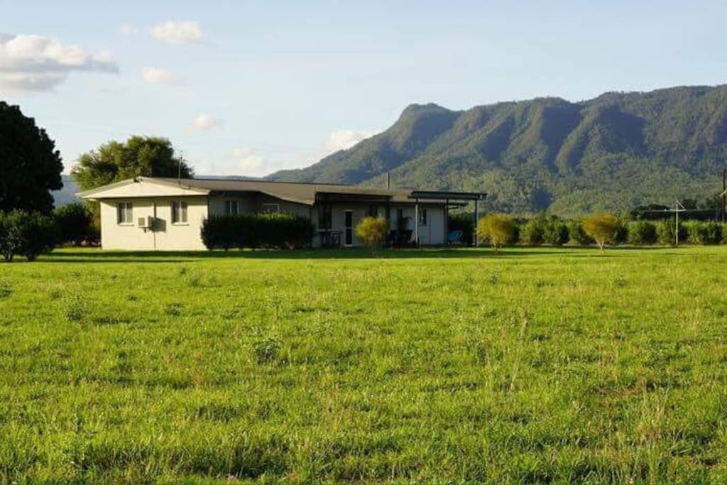Gowrie Getaway is located on 1 acre of land with panoramic views of sugar cane fields and the Great Dividing Range beyond.