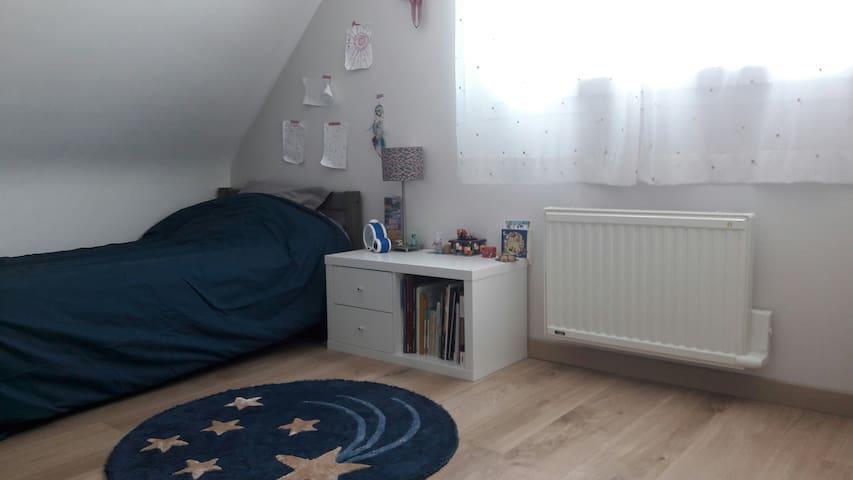 Chambre 3 à l'etage avec un lit simple