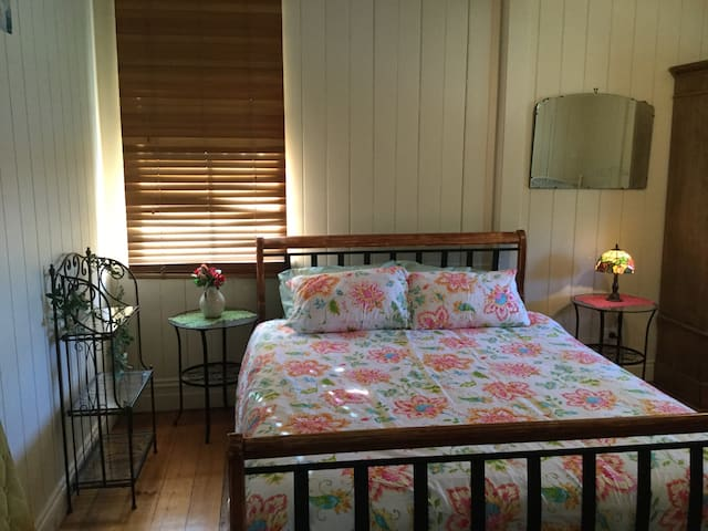 Queen bedroom and single bed close to airport