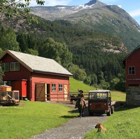 Gygratun - close to the fjord. Near Trolltunga