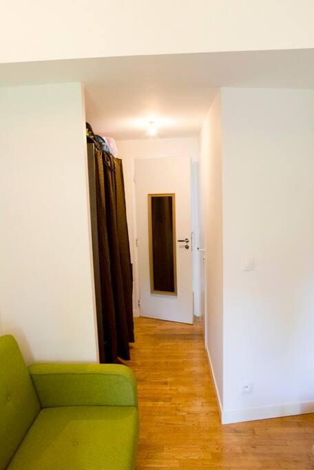 le couloir d'accès avec, à droite, la salle de bain et à gauche, un grand dressing