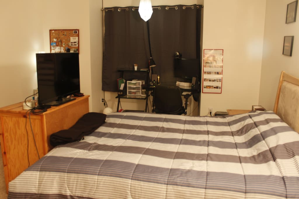 Queen bed with Apple tv (Netflix, Hulu, ext)