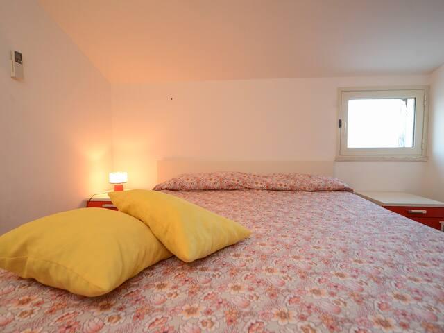 Bedroom 2: king size bed, interior details, single bed, wardrobe, air conditioner. Camera da letto 2: letto matrimoniale,  dettagli interni, letto singolo, guardaroba, aria condizionata ( A/C).