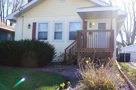 Cozy Place - Janesville - Ház