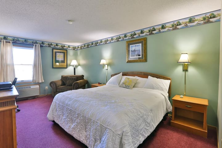 Live like a King! Amerivu Inn and Suites- New Richmond - 1 King Handicapped