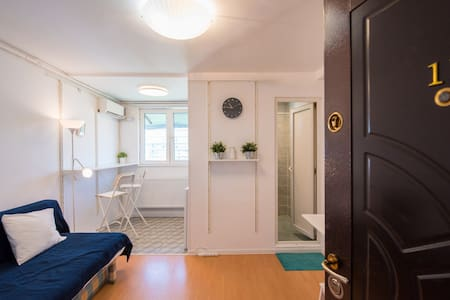 5★ Bright White Studio in the Business District