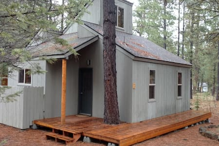 Loft nestled in pine trees at Black Butte Ranch - シスターズ - キャビン