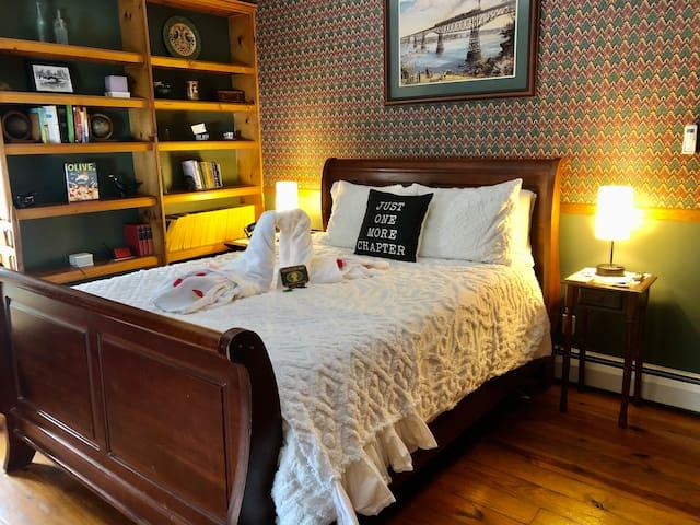2nd Bedroom Queen sleigh bed