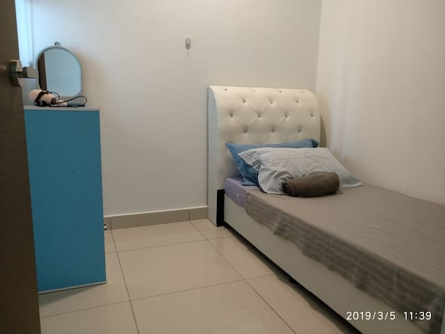1716 Single Room w/Ceiling Fan | Wifi Near Sunway