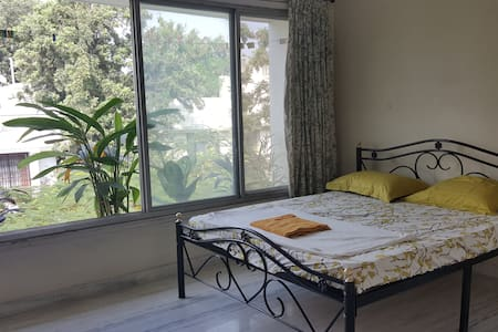 -Very quiet and private room -Attached bathroom with hot water -Free filtered Water in Kitchen -Fast wireless internet -Washing Machine -Ceiling Fan -Car Parking -Overlooks a beautiful Flower Garden -Access to Photocopier, Printer -Work Desk