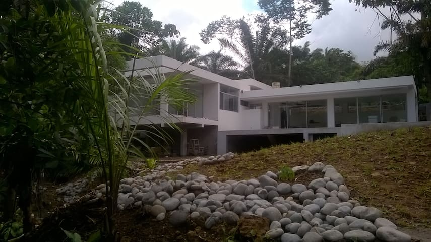Casa moderna en la naturaleza - Pedro Vicente Maldonado - House
