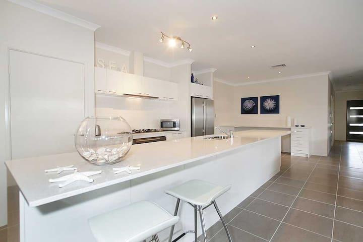 Penguin 4 Bedroom House-Shoalwater Executive Homes - Shoalwater - บ้าน