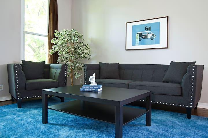 Grand 3BR in Roscoe Village - Chicago - Condominium