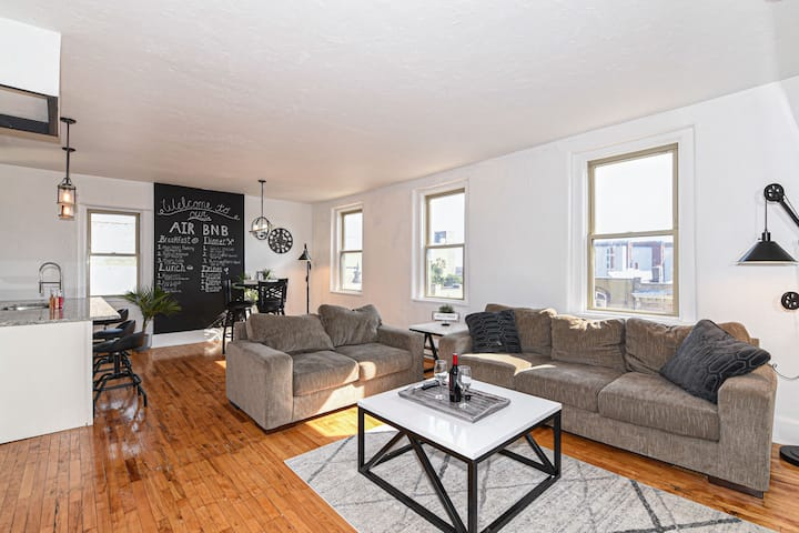 Downtown Two Bedroom/Two Bathroom Full Apartment