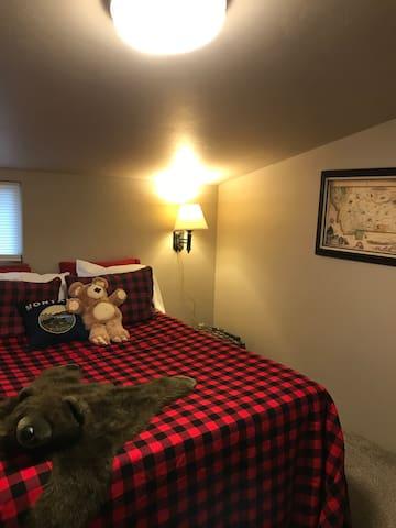 Queen bed in Montana room